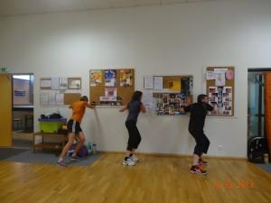 Jean, Nadine et Virginie poussant de toute leur force le mur ;)