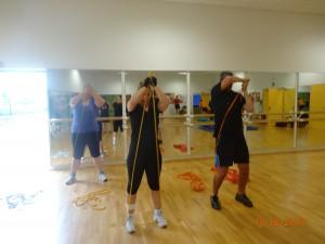 Anne-Laure, Yohann et Emeline réalisant un shouldering avec élastique...